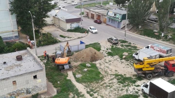 На севере Волгограда раскопавшие траншеи коммунальщики оставили дома без света