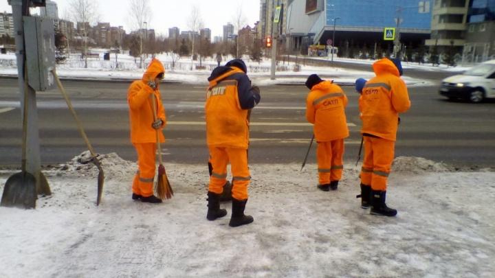 Красноярцы жалуются на гололед, а в мэрии отвечают им мемами и просят потерпеть