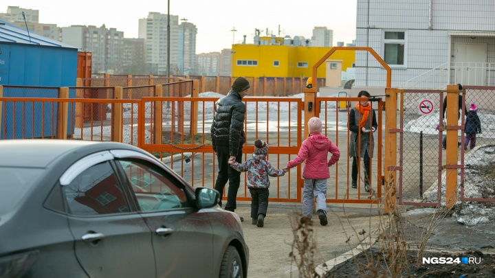 За час возле детсадов Красноярска поймали 10 водителей без детских кресел