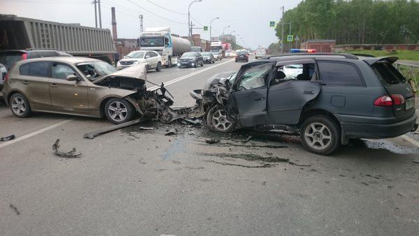 Лобовое ДТП на трассе под Новосибирском: трое пострадавших и машины всмятку (фото)