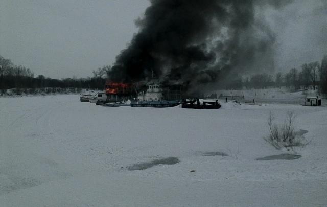 Видео: в Уфе горит дебаркадер