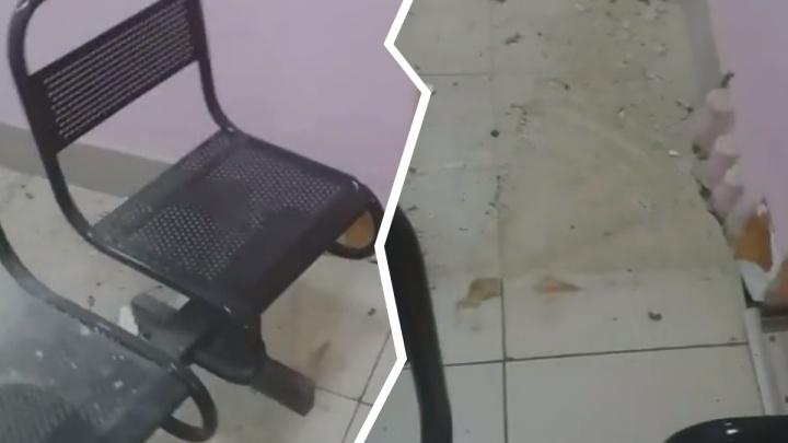 «Упала на пациентов»: в ярославской поликлинике обрушилась часть потолка. Видео