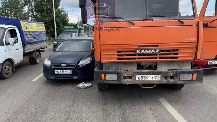 КАМАЗ с отказавшими тормозами втиснулся между двумя авто и поцарапал иномарки