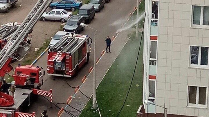 «Повторение пожара на Шахтёров»: в «Белых росах» огонь по обшивке спустился с 13-го до 4-го этажа