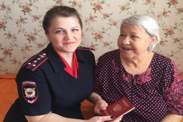 Пенсионерка получила загранпаспорт в 85 лет