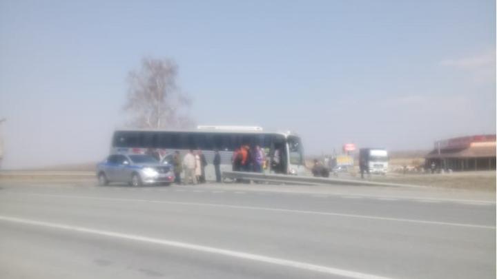 Пассажирский автобус вылетел с трассы под Бердском