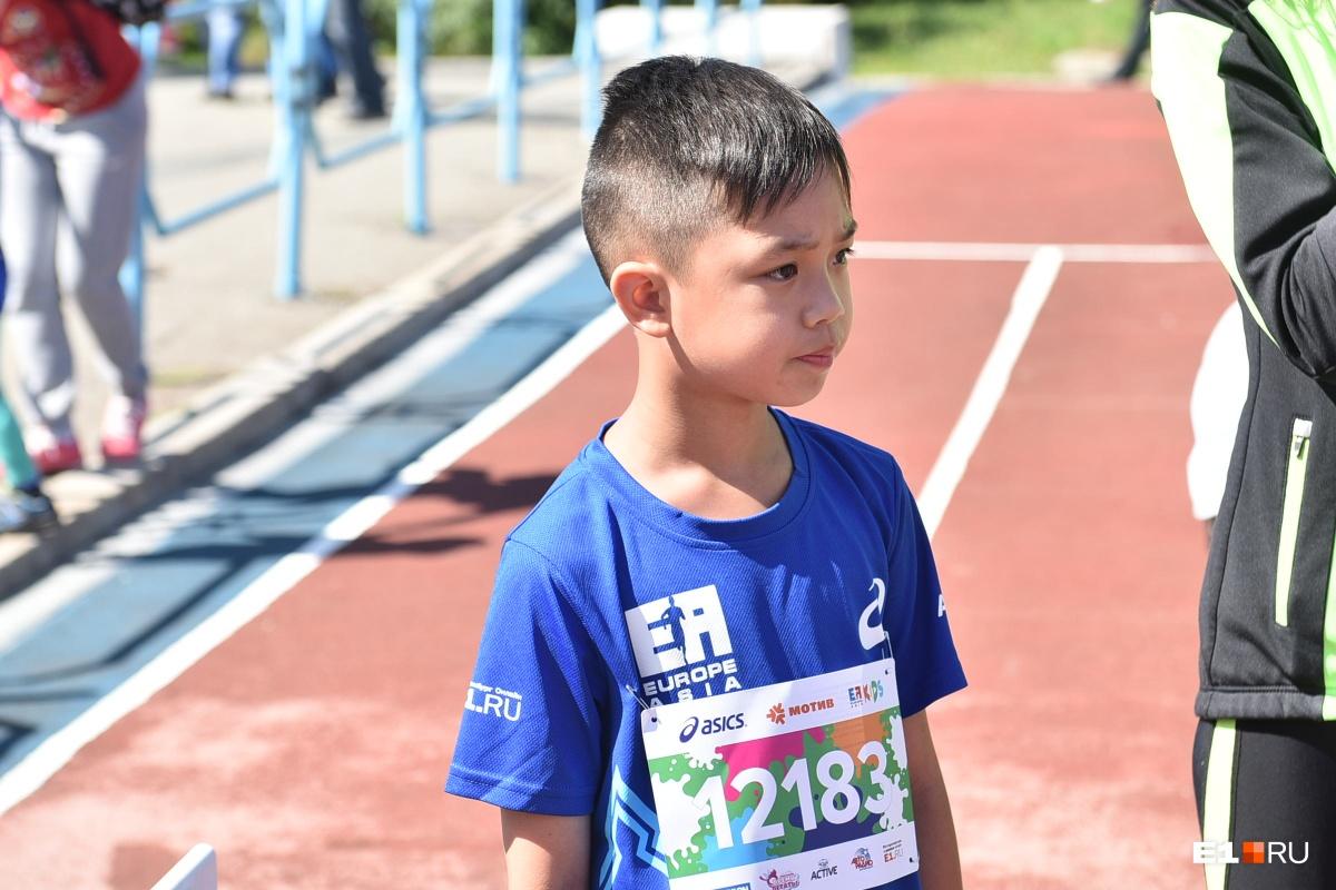 В забеге приняли участие и гости из других городов. Например, вот этот мальчик — из Вьетнама, но теперь живёт в Екатеринбурге