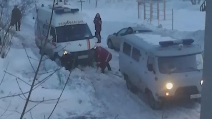 В Самаре во дворе Телецентра застряла машина реанимации