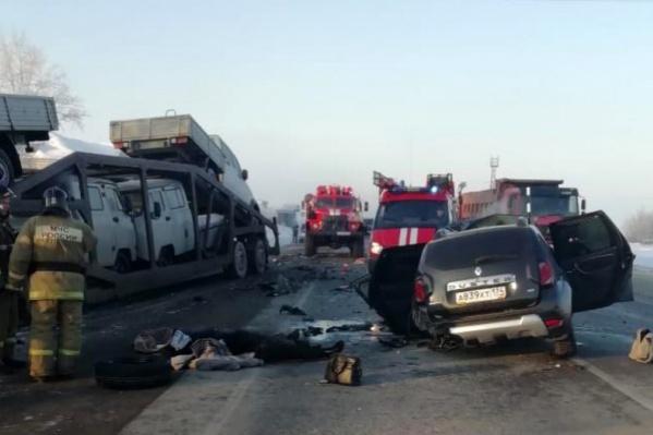 Renault Daster от удара сAudi A4 влетел под автопоезд