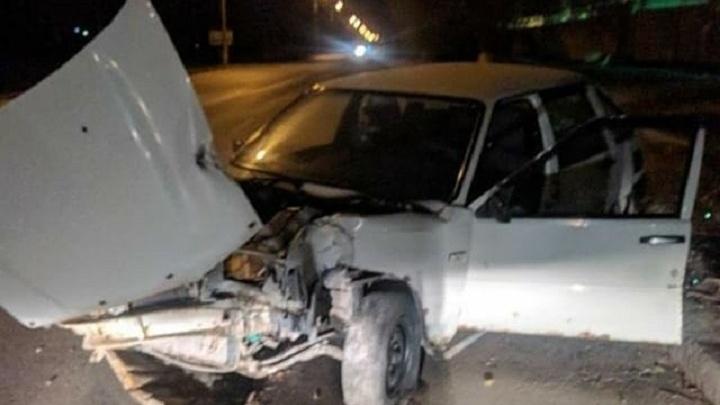 В Волгограде «девятка» врезалась в дерево: есть пострадавшие