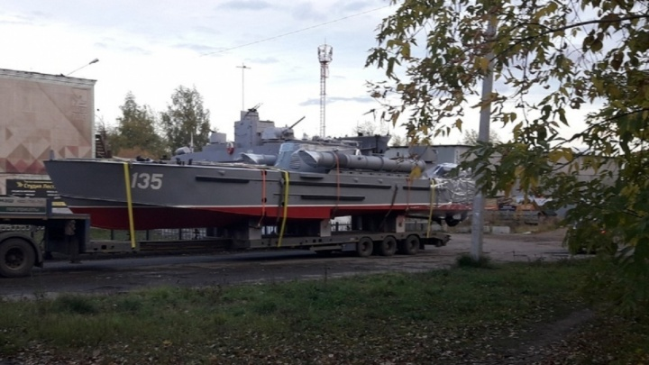 Тент сдуло, судно ехало во всей красе: в Тюмень доставили 19-метровый катер-памятник «Комсомолец»
