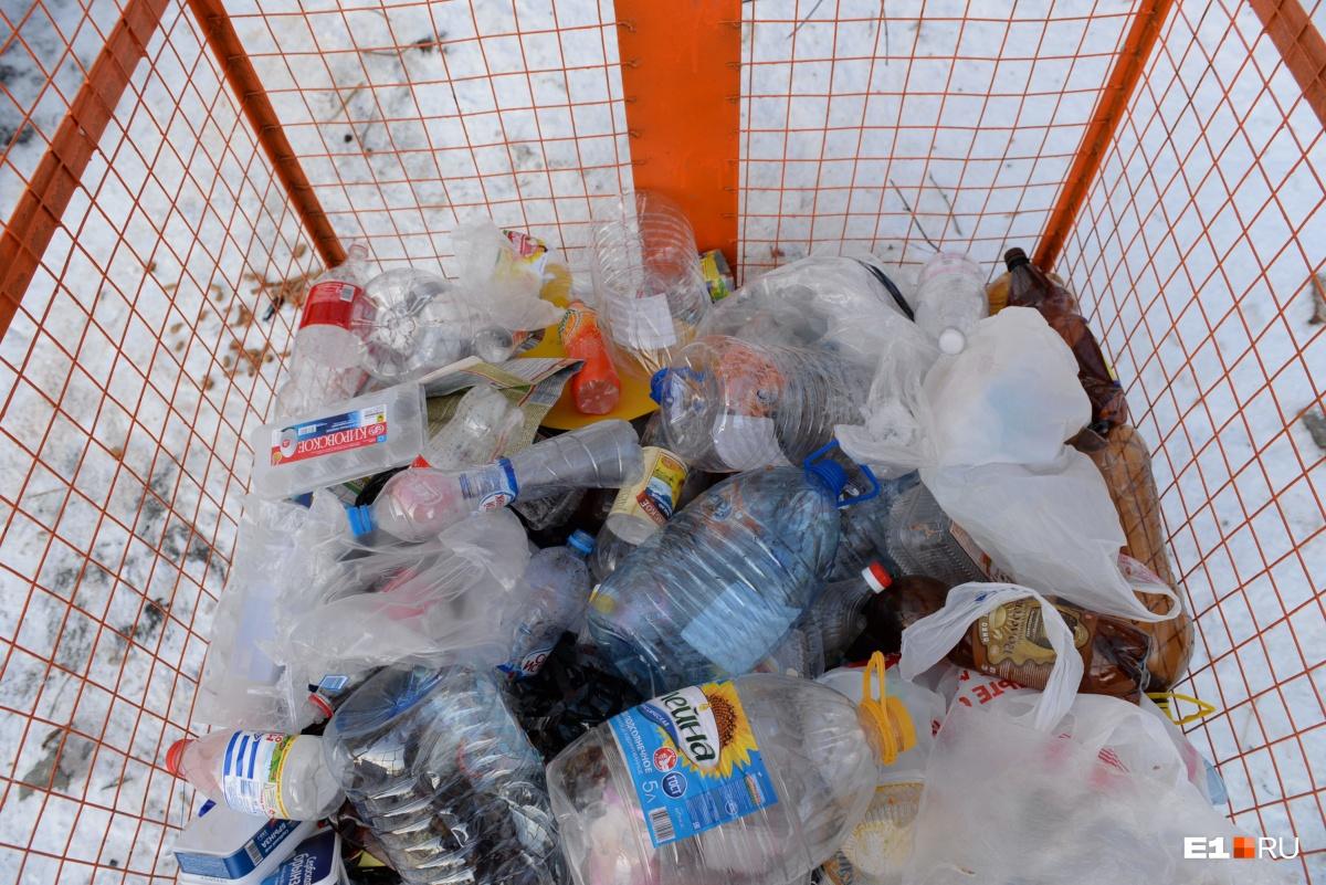 Уралец, который делает нефть из пластика, рассказал, как снизить платеж за вывоз мусора