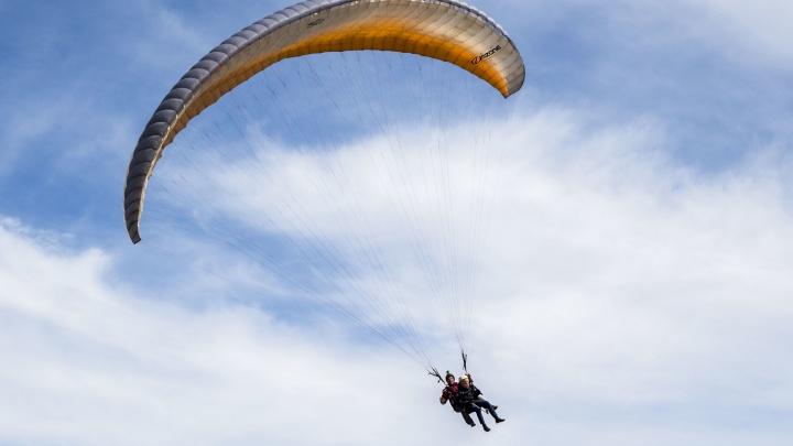 Лётный день: новосибирцы открыли сезон полётов на параплане