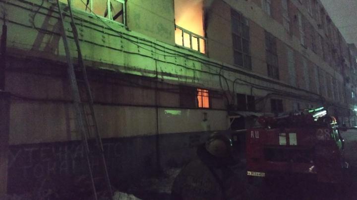 40 спасателей тушат пожар в офисе на проспекте Карла Маркса