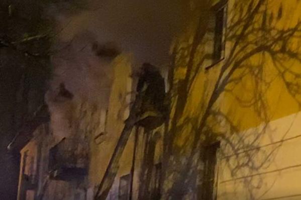 В Ярославле на улице Зелинского загорелся жилой дом