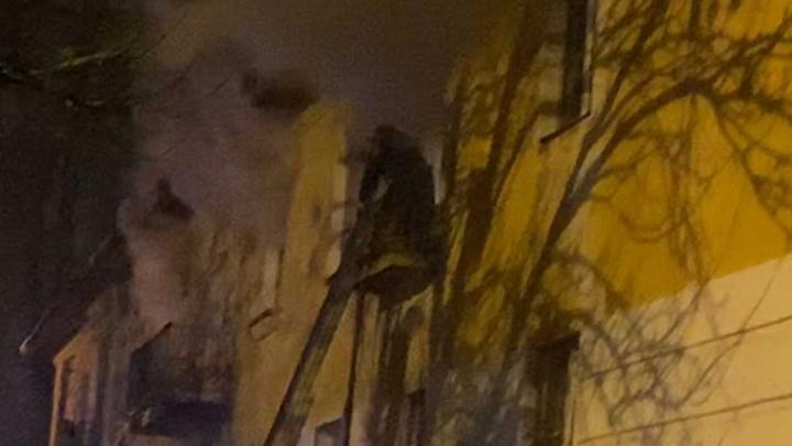 «Хватали детей и в панике выбегали». Пожар в Ярославле: из дома эвакуировали 30 человек