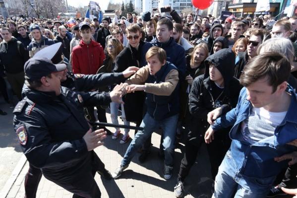 Активисты пытались силой прорваться через полицейские усиления