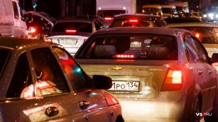 «Мотоциклист влетел в машину»: Волгоград застыл в 1,5-километровой пробке