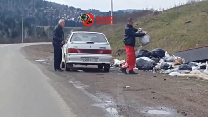 «Вот кто виновен в свалках»: водителя и его пассажира застали за сбросом мусора на трассе