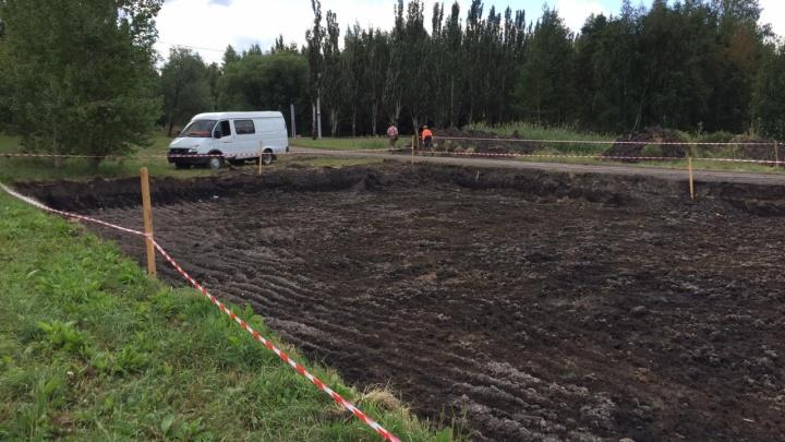 В парке Победы начали строить две дополнительные парковки — деревья пообещали не трогать