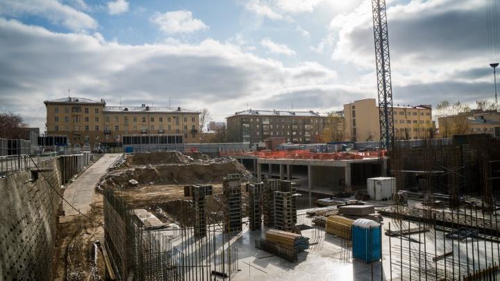 В вечном котловане на Кирова строят небоскребы с 200-метровыми квартирами (показываем жилье для миллионеров)