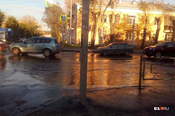 Вода быстро затопила проезжую часть и тротуары