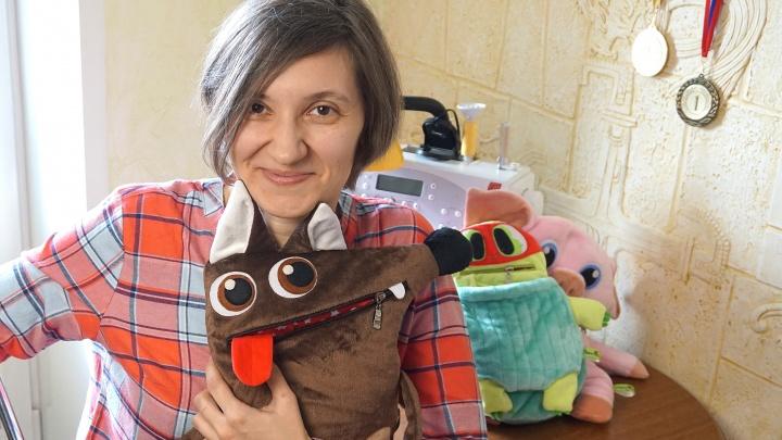 «В моих руках всё оживает»: бывший научный сотрудник шьёт игрушки, которые нужно кормить носками