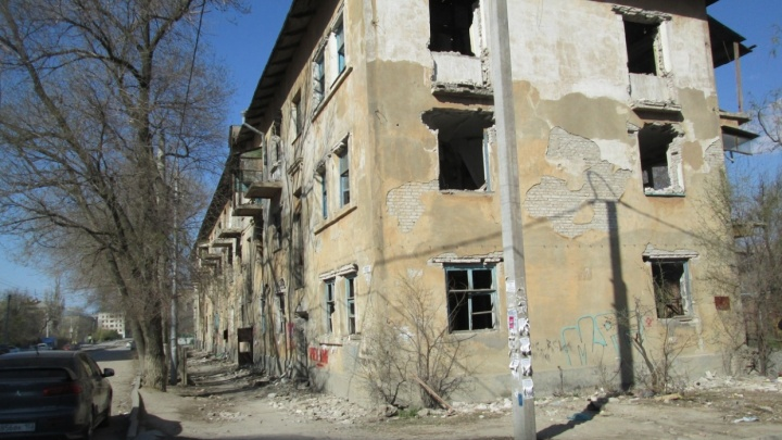 После поднятого волгоградцами шума начали сносить дом-призрак на улице Северный Городок