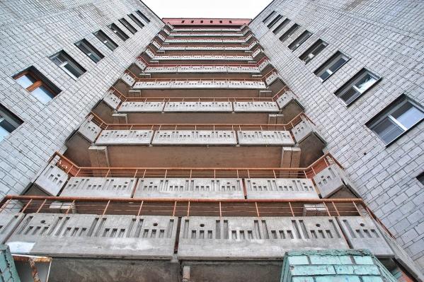 Следствие считает, что новосибирец выбросил женщину с балкона и лёг спать