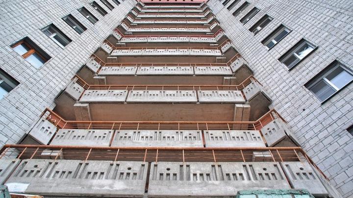 Новосибирец выбросил любовницу с 10-го этажа — она зацепилась за перила и залезла обратно