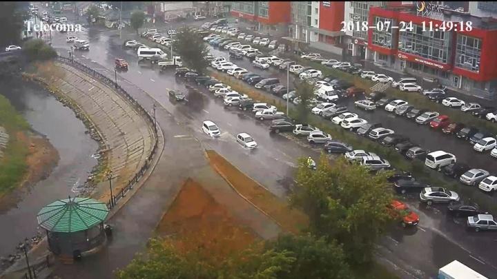 Как город справляется с дождём после ремонта ливнёвок. Смотрим на улицу Республики