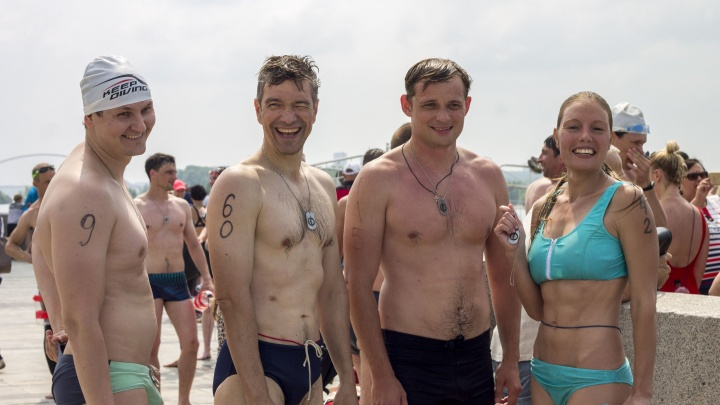 «Почистили песок от стекла»: сотни сибиряков в трусах и купальниках переплыли Обь