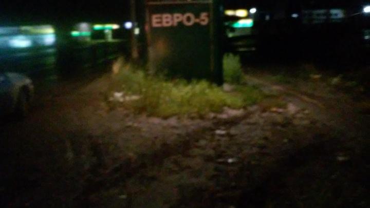Ночью водитель на «Мерседесе» въехал в компанию пешеходов на тротуаре