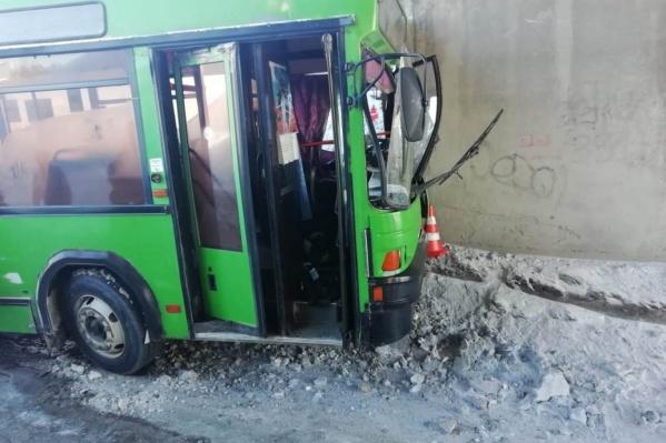 В ГИБДД выясняют, почему автобус столкнулся с опорой моста