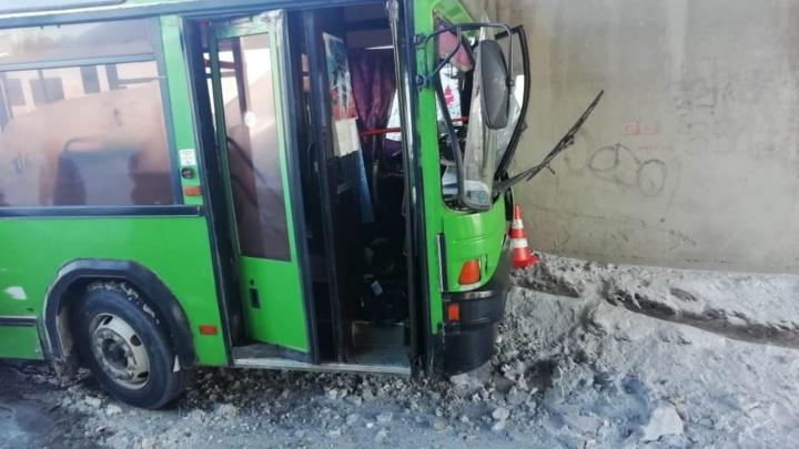 Автобус въехал в мост на Бердском шоссе: к врачам обратились десять пассажиров