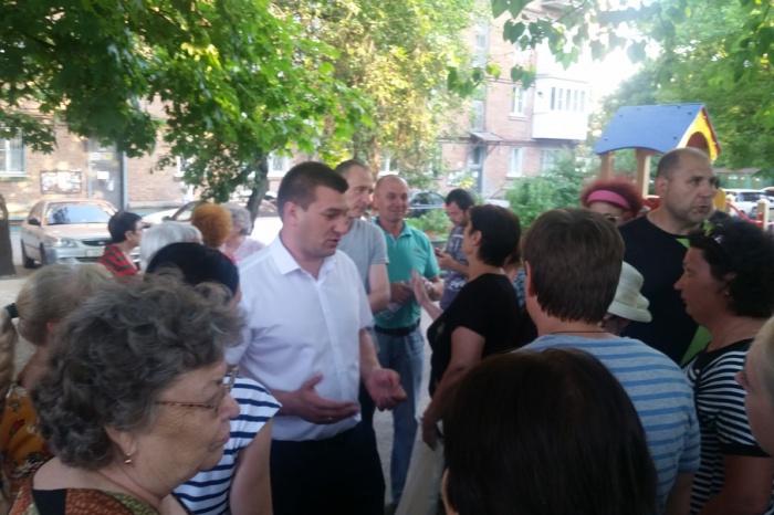 На собрании присутствовали жильцы дома, представители районной администрации и управляющей организации
