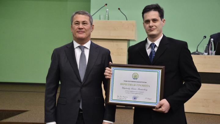 Медиков, которые спасли беременную женщину, наградил Радий Хабиров