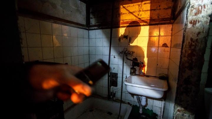 «Если не сгорим, на нас упадут стены»: жуткие дома-трущобы Волгограда показали на Первом канале