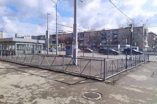 Забор надежно защищает асфальт от террористов