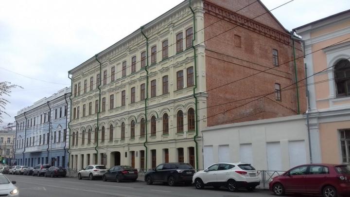 Опозорили памятник архитектуры: на здание коммерческого клуба повесили безграмотную табличку