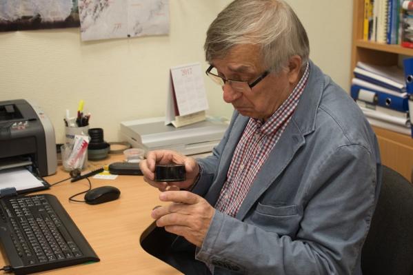 Виктор Гроховский — один из самых известных исследователей метеорита, упавшего в Челябинской области в феврале 2013 года