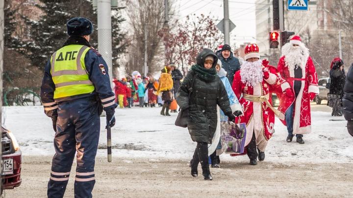 Вывели из резерва: на охрану новогодних городков и парков Новосибирска отправляют 200 полицейских