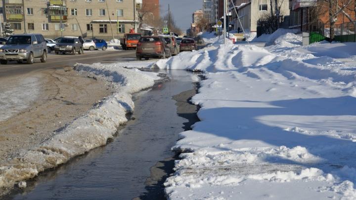 В Кургане из-за аварии на канализационных сетях сточные воды затопили улицу Сибирскую