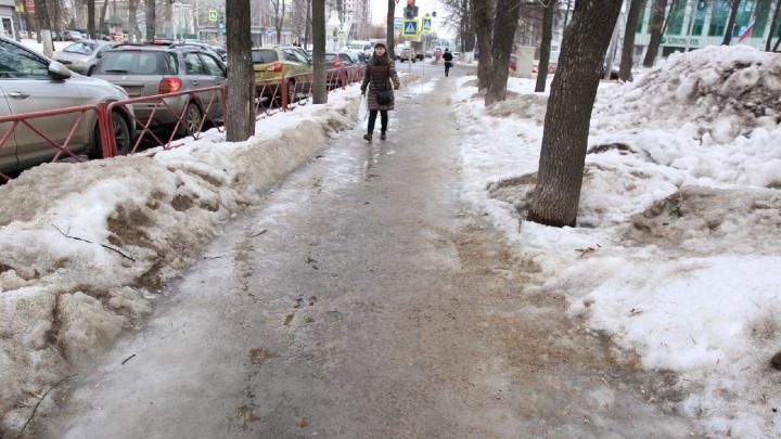 Как заставить коммунальщиков работать: после видеоролика 76.RU в Ярославле засыпали тротуар-каток