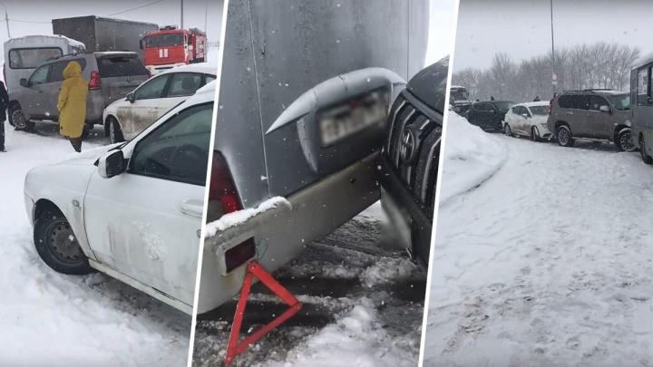 Невеселый паровозик: в Самаре у ТЦ «Мега» столкнулись десять машин