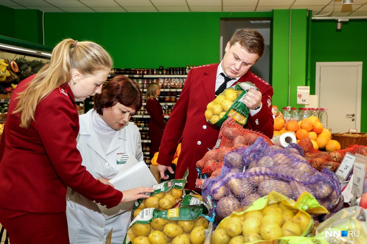 Санитарные врачи отбирают яблоки на анализ