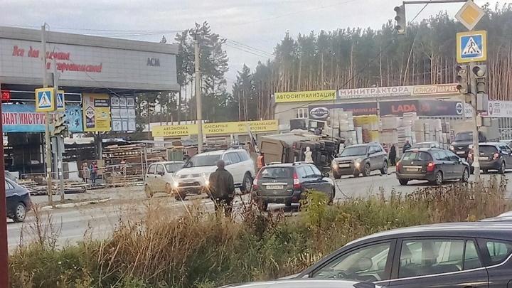 Появилось видео ДТП в Арамиле, где грузовик протаранил внедорожник и снёс светофор