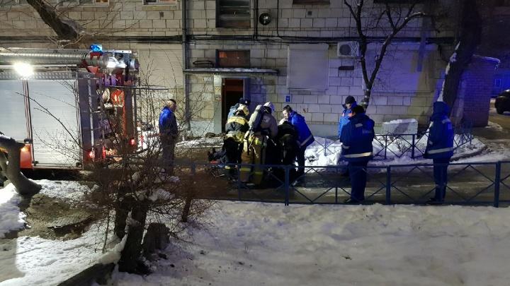 «Облился спиртным и закурил»: в центре Волгограда в подъезде пятиэтажки загорелся мужчина