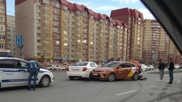 На Пермякова столкнулись машины такси. Одного пострадавшего увезли в больницу
