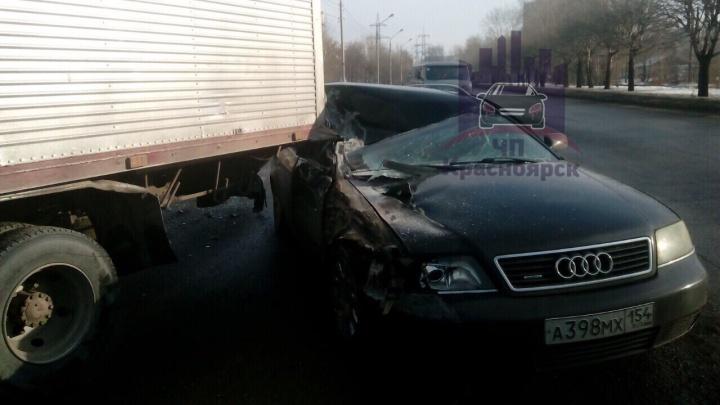 Водитель искореженной «Ауди» чудом остался жив после столкновения с грузовиком
